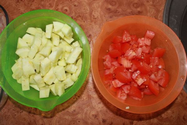 Кабачки и помидоры нарезать кубиками