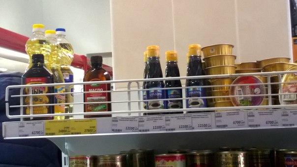 Льняное масло просто стоит на полке