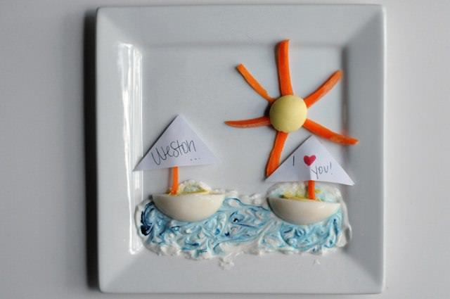 Яйца в виде корабликов на тарелке